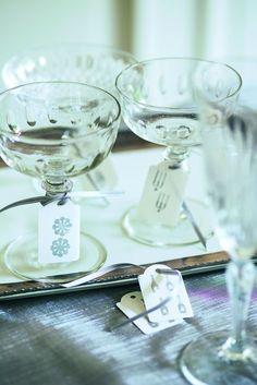 Papieretiketten (Bastelladen) mit versch. Symbolen bedrucken und mit mattem, silbernem Band an den Champagnergläsern befestigen burdafood.net/Gaby Zimmermann http://www.meine-familie-und-ich.de/