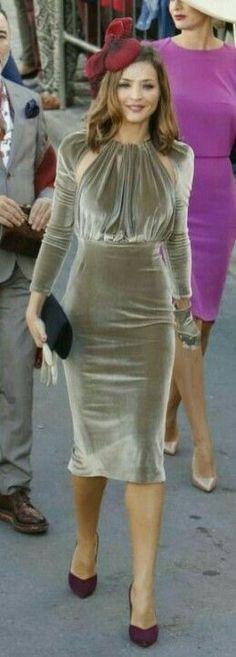 With an open back. Gold Metallic Skirt, Nice Dresses, Short Dresses, Velvet Fashion, African Dress, Dress To Impress, Evening Dresses, Party Dress, Dress Up