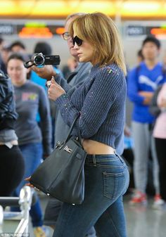 SHE has the right jeans ll Jennifer lopez at the airport Jennifer Lopez Body, Jennifer Lopez Photos, Jennifer Aniston Style, Jen Lopez, 1990 Style, J Lo Fashion, Sexy Jeans, Girls Jeans, Belle Photo