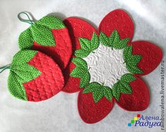 No photo description available. Strawberry Crafts, Strawberry Decorations, Mug Rug Patterns, Quilt Patterns, Sewing Patterns, Crochet Crafts, Sewing Crafts, Sewing Projects, Fabric Art