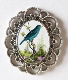 Makes 10 pretty laced edge photo pendant frames. Pendant bezel has approx 17 x 24 mm photo area. Includes 10 frames with 10 oval self adhesive Krystal Clear-it