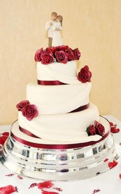 Red rose wedding cake - its nice to see a professional photo of one of my cakes