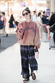 Jeon Somi feet r/kpopfeets Jeon Somi, Kpop Fashion, Daily Fashion, Fashion Outfits, Korean Airport Fashion, Korean Fashion, South Korean Girls, Korean Girl Groups, Celebrity Style Casual