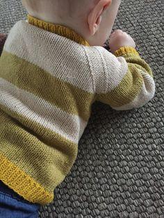Gratis opskrift på strikket raglansweater til baby. Sweateren er enkelt og har en god pasform. Stikket i glatstrik i bomuldsgarn.