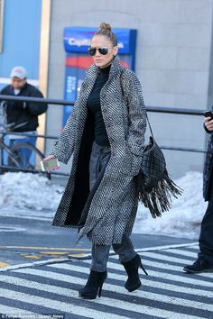 Jennifer Lopez dresses up her casual outfit with killer black heels Black And White Coat, Jennifer Lopez Dress, Casual Dress Outfits, Preppy Style, Preppy Fashion, Girls Night Out, Autumn Winter Fashion, Winter Style, Fall Winter