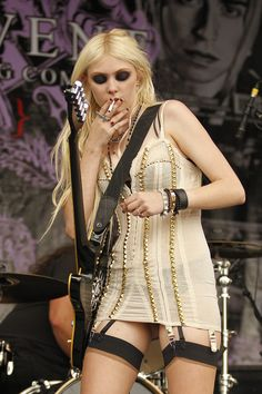 Gossip Girl's Taylor Momsen, wears stripper heels, bustier and suspenders as she smokes illegally on stage Taylor Michel Momsen, Taylor Momsen Style, Gossip Girls, Taylor Momson, Smoking Celebrities, Female Guitarist, Grunge Girl, N21, My Idol