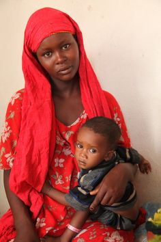 A Somali mother and her young child receive treatment at a mother and child healthcare centre in Bossaso migration centre for IDPs and refugees.  © UNHCR / M. Deghati / August 2009