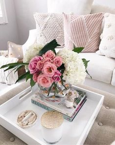 Tray decor with many flower, candle, books and glass pots. It's amazing glam decor. Coffee Table Styling, Coffee Table Books, Decorating Coffee Tables, Coffee Table Tray Decor, Coffee Table Flowers, Table Decor Living Room, Bedroom Decor, Decoration Table, Home Decor Accessories