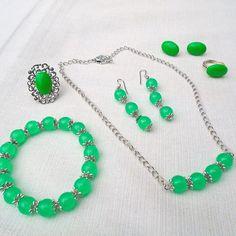 groen setje van licht groene kunststof kralen met kettinkje, armband, hangoorbellen, steekoorbellen, en ring - #handgemaaktesieraden #sieraden #sieradensetje #setje