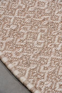 Handwoven Casablanca Weave rug in natural and white fique fiber with 10% copper threads #Handwoven #FiberRug #MetalRug #ColombianRugs #Handmade #FiqueFiber Casablanca, Woven Rug, Weave, Hand Weaving, Fiber, Copper, Rugs, Natural, Metal