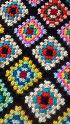 Granny square afghan My Mom made one of these in the pattern still pretty today!Could also use this setup for a quilt A tutorial on how to make a basic granny square with loads of photos designed for absolute Scrap Yarn Crochet, Diy Crochet And Knitting, Crochet Quilt, Crochet Blocks, Crochet Motif, Crochet Stitches, Crochet Patterns, Blanket Crochet, Granny Square Blanket