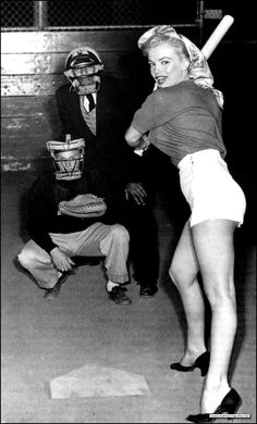 Marilyn Monroe - Marilyn Monroe at bat