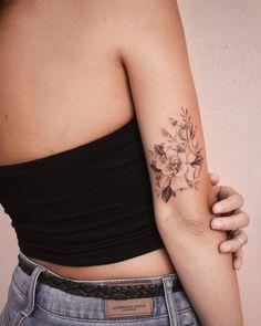 Getting modern tattoos done right - that& what .- Moderne Tätowierungen richtig machen lassen – darauf kommt es an – Brenda O. Getting modern tattoos done right – that& what matters – let - Small Flower Tattoos, Flower Tattoo Designs, Small Tattoos, Tattoo Flowers, Delicate Flower Tattoo, Tattoo Floral, Small Feminine Tattoos, Delicate Tattoos For Women, Arm Tattoos For Women