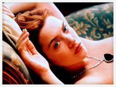 Kate Winslet dans Titanic http://www.vogue.fr/joaillerie/red-carpet/diaporama/diamants-a-l-ecran-films-bijoux-les-hommes-preferent-les-blondes-titanic/16912/image/895701#!titanic-collier-the-heart-of-the-ocean-film-bijoux