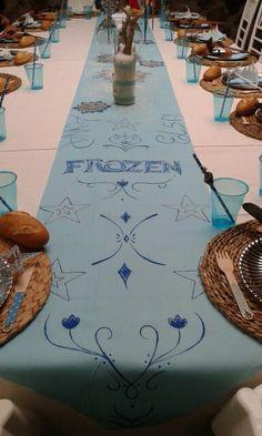 Camino de mesa pintado a mano. Mesa infantil decorada con temática de frozen para una boda.
