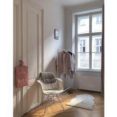 Minimal Skandi! Wie bei Outfits sollte man sich beim Minimal Look auch beim Einrichten auf maximal drei Farben konzetrieren, die man mixt. Warum die Dreier-Formel so hervorragend funktioniert? Weil so die Farben erst richtig wirken können! Ein graues Plaid, Accessoires in zartem Blush und ein Stuhl & Fell in Elfenbeinfarben. Erfrischend, reduziert und äußerst geschmackvoll! // Kleiderstange Stuhl Fell Altbau Einrichten Ideen Skandinavisch #Kleiderstange #Altbau