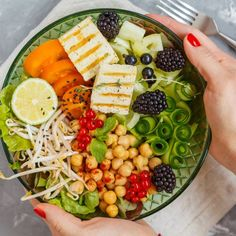 Healthy vegan lunch - buddha bowl of vegetables, chickpeas and tofu. Healthy Food Delivery, Healthy Food List, Healthy Food Choices, Healthy Foods To Eat, Healthy Snacks, Healthy Eating, Low Fiber Diet, Fiber Rich Foods, Healthy Chicken Pasta