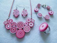 Rózsaszín - fehér modern szett nyakékkel.