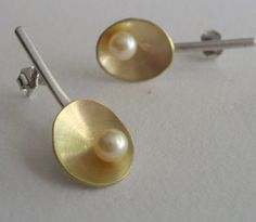 Beautiful gold/silver and pearl earrings                                                                                                                                                                                 Mais