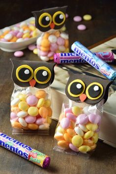 Cómo Hacer Bolsitas de Dulces Originales We have some pretty owl candy makers. Apart from being beautiful, this step by step is perfect to do with the smallest of the house. You cannot offer a children's party without giving these… Continue Reading → Candy Crafts, Paper Crafts, Fete Audrey, Diy And Crafts, Crafts For Kids, Anniversaire Harry Potter, Candy Bouquet, Ideas Para Fiestas, Candy Bags