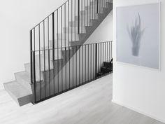 asuntomessut potius isokivi - tässä on portaiden tyyli kohdillaan Iron Staircase, Staircase Railings, Banisters, Staircase Design, Stairways, Lobby Interior, Interior Architecture, Bauhaus, Stair Detail