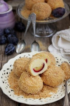 Section plum dumpling Baby Food Recipes, New Recipes, Cake Recipes, Dessert Recipes, Plum Dumplings, Sweet Dumplings, Romanian Desserts, Romanian Food, Easy Desserts