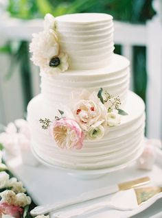 fresh floral wedding cake with BHLDN serving set | image via: style me pretty