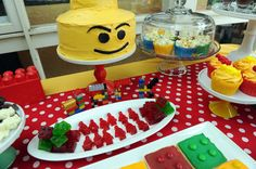 Cake and jello minifigs at a Lego Party #lego #partyfood