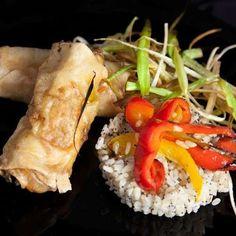 Menús de boda: Fotos de platos vegetarianos - Platos vegetarianos para los invitados de tu boda Chicken, Food, Tuna Stuffed Tomatoes, Veggie Burgers, Recipes, Veggie Appetizers, Eten, Meals, Cubs