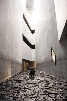 Routes ook gebruiken als expositieruimte. 3D kunst.  ** Daniel Libeskind  | Berlin Jüdisches Museum - amazing, never thought one could combine functionality and emotion in architecture, but Liebeskind did it. Bravo!