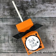⭐ Lollipop Box with Video Tutorial Lollipop Box created with the Envelope Punch Board and sized perfectly to fit a Tootsie Pop! Dulceros Halloween, Bonbon Halloween, Halloween Paper Crafts, Halloween Cards, Halloween Treats, Halloween Treat Holders, Envelope Punch Board Projects, Corporate Gift Baskets, Diy Foto