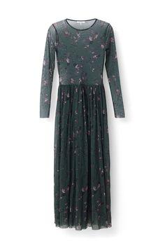 Maxi kjole skåret fra transparent mesh kvalitet  med rund halsudskæring og lange ærmer. <br /><br />Modellen  er 175cm høj og iført en størrelse small/ 36.