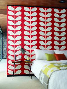Våga färg i sovrummet! En härlig röd tapet från kollektionen Orla Kiely. Klicka för att se fler retroinspirerade tapeter för ditt hem!