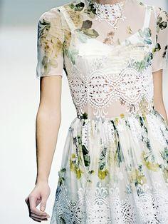 hmm trend terbaru see through prints dengan detail contemporary laces, kelihatannya bakal sampai trend tahun depan atau dua tahun kedepan :) *sotoy