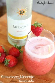 Thirsty? Try this tangy and sweet Strawberry Moscato Lemonade Recipe! #WineDrinks