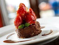 Torta de Gianduia com Morangos Caramelados (R$ 25) é sugestão do Bistrô Charlô (Rua Barão de Capanema, 440 - Cerqueira César). Mais informações, pelo telefone (11) 3087-4444