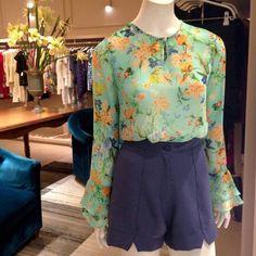 Camisa floral print + short alfaiataria =