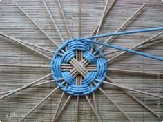 KUFER z artystycznym rękodziełem : Wiklina papierowa diy i tutoriale Paper Weaving, Weaving Art, Weaving Patterns, Newspaper Craft Basket, Newspaper Crafts, Newspaper Paper, Diy Paper, Paper Art, Deco Kids
