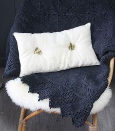 Grand couvre lit ou plaid ancien, crocheté main et teint dans un gris bleu orage. A déposer sur un lit, canapé.. Beau travail de crochet.Bel état g...
