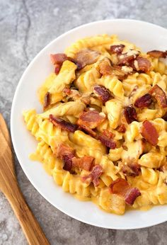 Instant Pot Chicken Bacon Ranch Pasta is a tasty cheesy pasta dinner made in your electric pressure cooker. simplyhappyfoodie.com #instantpotrecipes #instantpotmini #instantpot3quart #instantpotchickenbaconranchpasta #instantpotchickenpasta