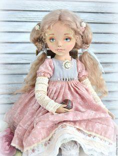 Купить или заказать Софья, будуарная текстильная кукла в интернет-магазине на Ярмарке Мастеров. SOLD ПРОДАНА Повторов не будет, прошу извинить. Нежная, воздушная малышка по имени Софья, воспитанная и умная, и в то же время немножко озорная, милый ангельский чертенок, который верит во всякие сказки и любит наряжаться. В общем, она вся девочка-девочка с головы до пяточек, самая настоящая!))) Кукла из коллекции 'Маленькие барышни' Будуарная коллекционная текстильная кукла Софья создана на…