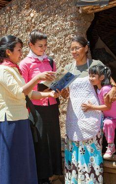 Duas irmãs pregando a uma mulher e sua filha pequena