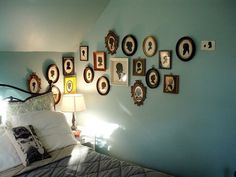 Fun photo gallery in turquoise blue bedroom <br /><br />Turquoise blue paint wall color. Love the gourd lamp! My New Room, My Room, Tiffany Blue Bedroom, Hipster Vintage, Gourd Lamp, Bedroom Lamps, Bedroom Wall, Bedroom Ideas, Master Bedroom