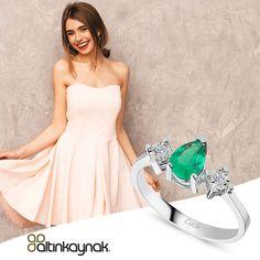 Zümrüt taşların yeşil ışıltılaraıyla ile etrafınızı aydınlatabilirsiniz. Zümrütlü pırlanta yüzük modellerine online kuyumucunuz altinkaynakstore.com'da bulabilirsiniz. #zarafetinkaynağı #yüzükmodelleri Strapless Dress Formal, Formal Dresses, The Dress, Model, Fashion, Dresses For Formal, Moda, Formal Gowns
