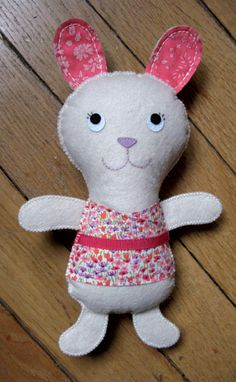 Doudou lapin Kolinosté, fait main, costume en Liberty Loveday