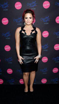 Demi Lovato con un vestido de cuero negro de Jitoris y zapatos de Saint Laurent.