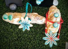 Joyeria ceramica alcay, hecha a mano. Color turquesa, aguamarina con rojo coral. Colgantes flor estrellada y pendientes.