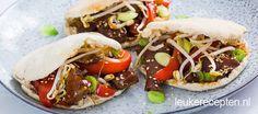 Makkelijk en snel recept voor pitabroodjes gevulde met vlees en groenten kort gebakken in woksaus