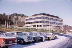 Biler på parkeringsplass 1960-1970-tallet.