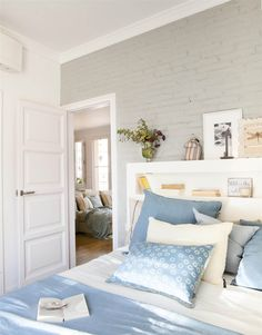 00429037. Dormitorio con cabecero de madera blanco con repisas_00429037